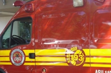 Mulher sofre fratura após colisão entre carro e moto no Centro