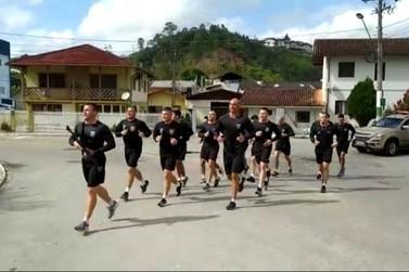 Pelotão de Patrulhamento Tático realiza treinamento físico no centro de Brusque