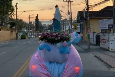 Passagem da imagem de Nossa Senhora nas ruas emociona moradores de Brusque