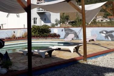 Menina de 3 anos morre afogada em piscina de residência, em Gaspar