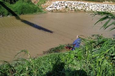 Mergulhadores seguem nas buscas por homem desaparecido após cair no rio