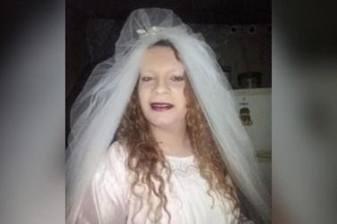 Mulher se veste de noiva, sai caminhando pela rodovia e assusta motoristas