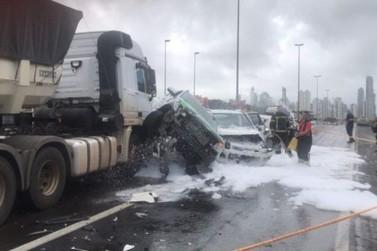 Engavetamento envolvendo quatro carros interdita BR-101, em Balneário Camboriú