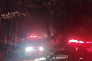 Bombeiros combatem fogo na mata no São Pedro