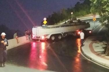 Caminhão-pipa erra manobra e causa transtorno no trânsito, em BC