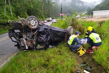 Capotamento deixa cinco pessoas feridas, uma em estado grave