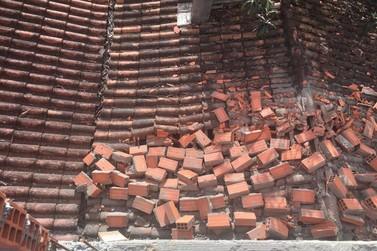 Muro em construção desaba sobre teto de casa, em Blumenau