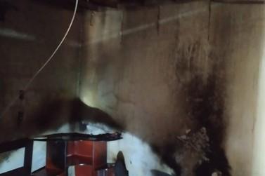 Vizinhos combatem incêndio em residência, no Bateas