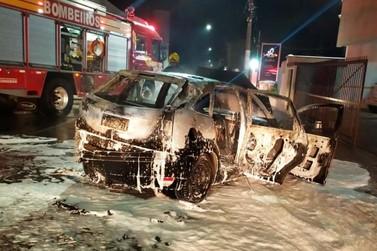 Veículo pega fogo durante a madrugada e Corpo de Bombeiros é acionado