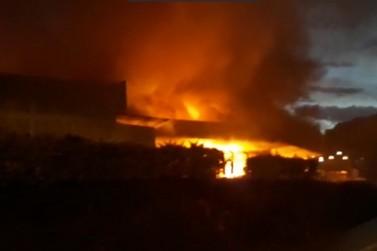 Incêndio de grandes proporções atinge empresa têxtil, no Dom Joaquim