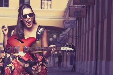 Lei Aldir Blanc: Bia Barros interpreta Carmen Miranda em live de carnaval
