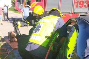Acidente de trânsito entre carro e caminhão deixa uma mulher ferida
