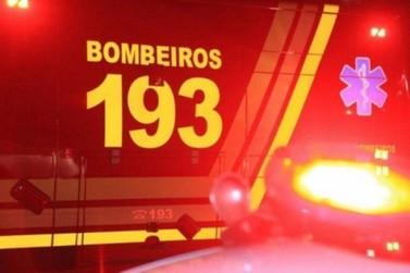 Carro capota e deixa três pessoas feridas na avenida Otto Renaux