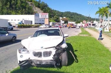 Colisão entre três carros deixa duas pessoas feridas na rodovia Antônio Heil
