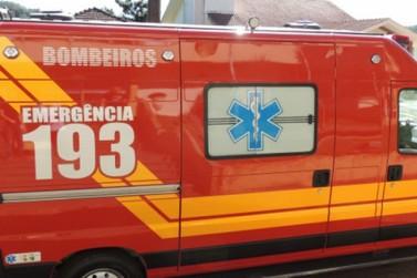 Mulher fica ferida após colidir carro contra poste na Santa Terezinha