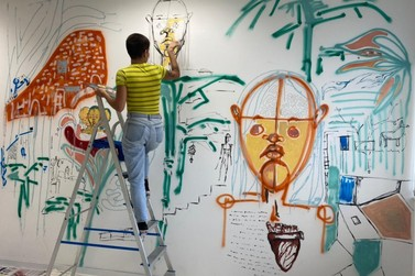 Artista plástica realiza intervenção artística na Fundação Cultural de Guabiruba