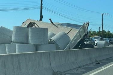 Caminhão derruba tubos de concreto e paralisa trânsito na rodovia Antônio Heil