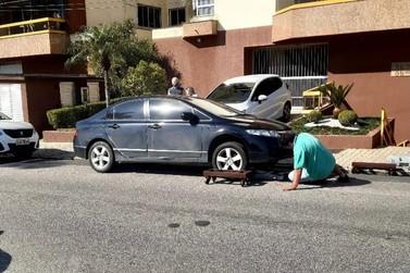 Carro estacionado em frente a garagem causa tumulto e é guinchado horas depois