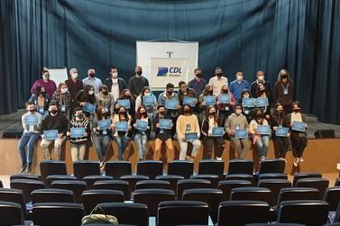 Formada primeira turma da Escola de Vendas para Varejo criada pela CDL Brusque