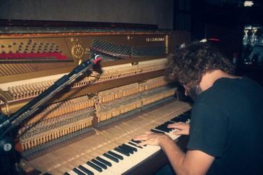 Pianista brusquense lança novo álbum Passado no Presente