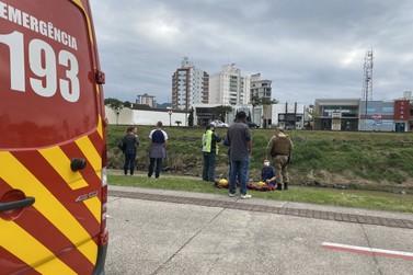 Corpo de Bombeiros mobiliza mergulhadores para resgatar homem no Itajaí-Mirim