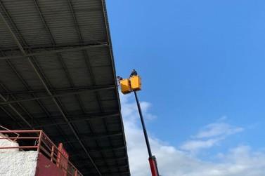 Estádio Augusto Bauer começa receber iluminação para jogos noturnos da Série B
