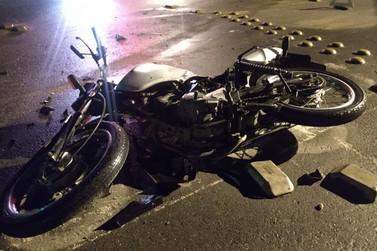 Motociclista tem ferimentos graves ao ser atingido por carro na Ivo Silveira