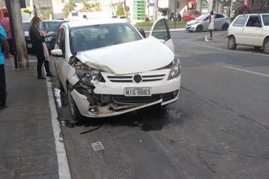 Mulher é conduzida ao hospital após colisão entre quatro carros no Centro