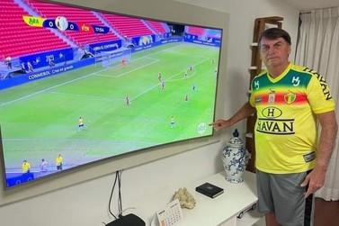 Presidente da República usa camisa do Bruscão ao assistir jogo do Brasil