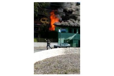 Casa pega fogo na avenida Primeiro de Maio