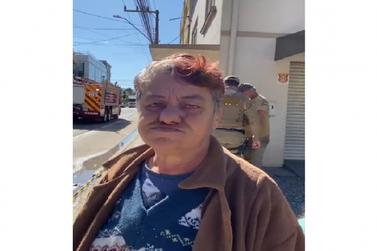 Dona de casa destruída em incêndio pede doação de colchões, roupas e cobertores