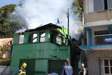 Incêndio que atingiu casa na Primeiro de Maio não deixa feridos