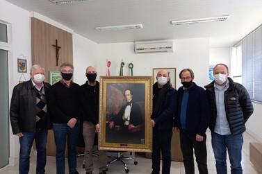 Réplica de quadro do fundador de Brusque é entregue para Ari Vequi