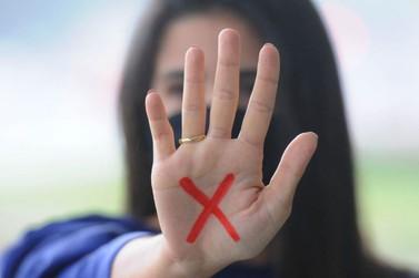 Sancionada lei que institui sinal 'X' vermelho na mão como sinal de denúncia