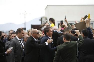Jair Bolsonaro desembarca em Joinville e cumprimenta apoiadores