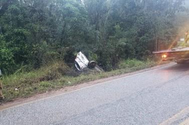 Motorista de carro de Guabiruba tenta fugir de acidente e acaba capotando