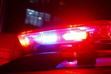 Após colidir contra placa de sinalização, motorista embriagado é preso