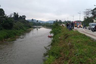 Bombeiros iniciam buscas a carro caído no Itajaí Mirim