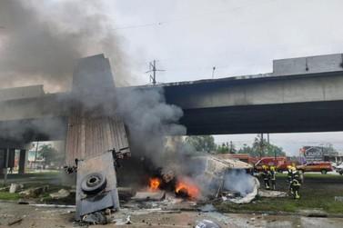 Caminhão cai de viaduto, pega fogo e motorista escapa ileso na BR 101 em SC