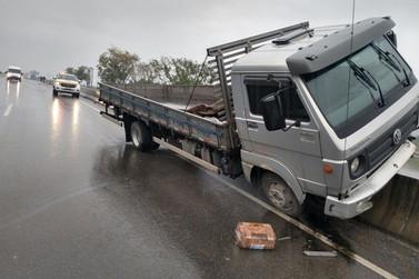 Caminhão sai da pista e sobe mureta central na rodovia Antônio Heil