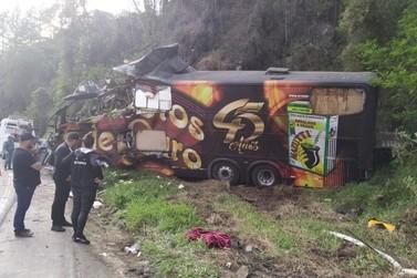 Cantor da Garotos de Ouro morre em acidente com ônibus da banda
