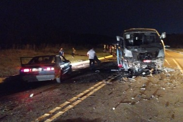 Colisão entre caminhonete e micro-ônibus com atletas de vôlei deixa mortos em SC