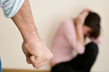 Homem é detido após dar socos, arrastar e puxar companheira pelos cabelos