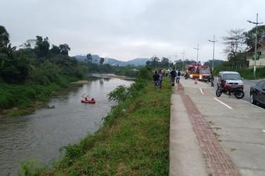 Identificado homem que caiu com veículo no rio Itajaí Mirim