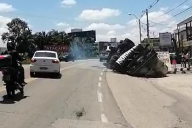 Caminhão tomba na rodovia Antônio Heil, em Brusque