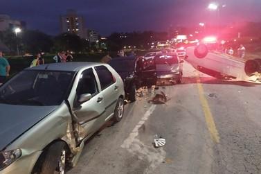 Duas crianças são levadas ao hospital após colisão entre cinco carros em Brusque