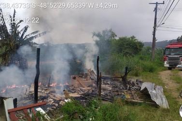 Fogo atinge construção abandonada no bairro Bateas