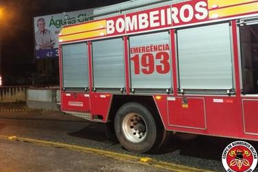 Maquinário de empresa pega fogo no Bateas e mobiliza Corpo de Bombeiros