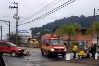 Motociclista é levado ao hospital após colidir contra carro no Bateas