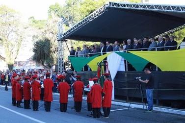 Desfile Cívico marca aniversário de 157 anos de Brusque